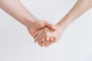 Personas tomadas de la mano